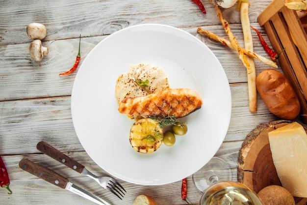 Блюдо для гурманов стейк из лосося на гриле с картофельным гратеном