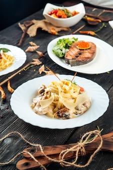 Изысканные блюда паста тальятелле на гриле лосось