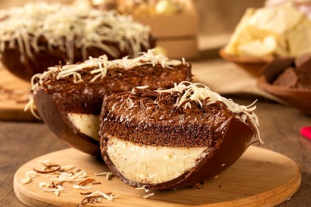 크림과 초콜릿으로 채워진 미식가 이스터 에그. 푸딩 크림, 부활절 디저트와 함께 부활절 달걀. 부활절 개념.