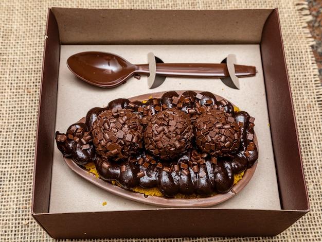 Изысканное пасхальное яйцо с бисквитом dulce de leche brigadeiro и шоколадом