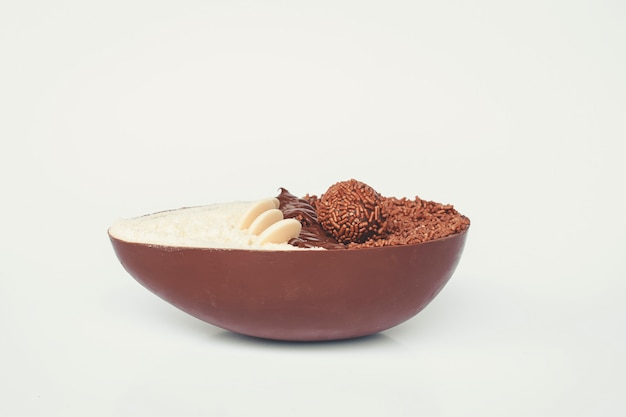 Gourmet easter egg with filling of brigadeiro for easter.