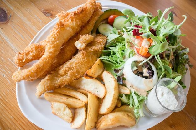 Изысканная рыба и чипсы с салатом