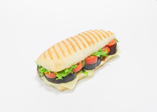 가지, 토마토 및 치즈를 곁들인 미식가 파니니. 평면도. 흰색 배경. 건강한 먹는 개념. 혼합 매체