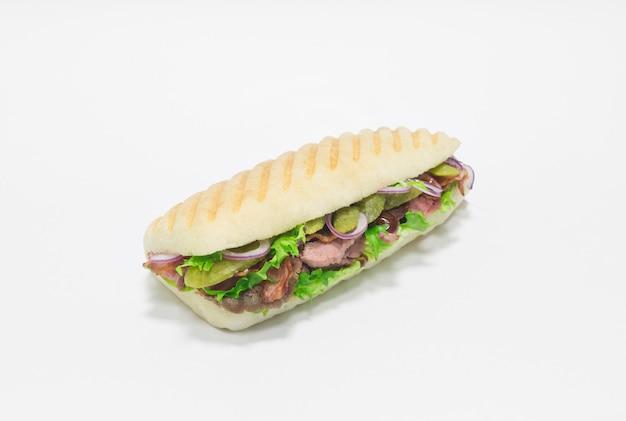 햄, 절인 오이, 양파를 곁들인 미식가 파니니. 평면도. 흰색 배경. 건강한 먹는 개념. 혼합 매체