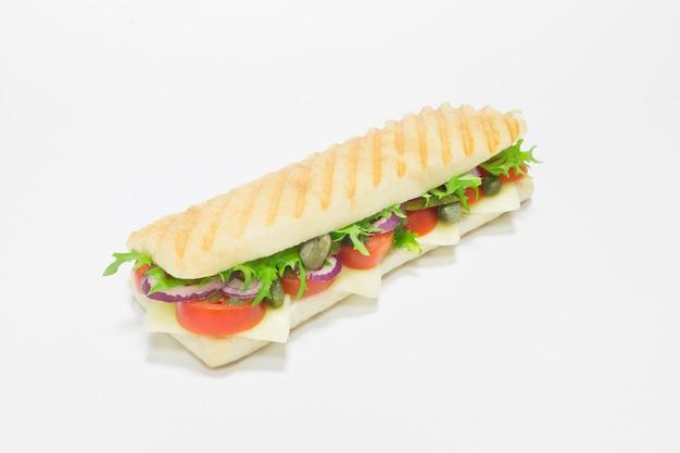 양파, 토마토, 치즈를 곁들인 미식가 파니니. 평면도. 흰색 배경. 건강한 먹는 개념. 혼합 매체