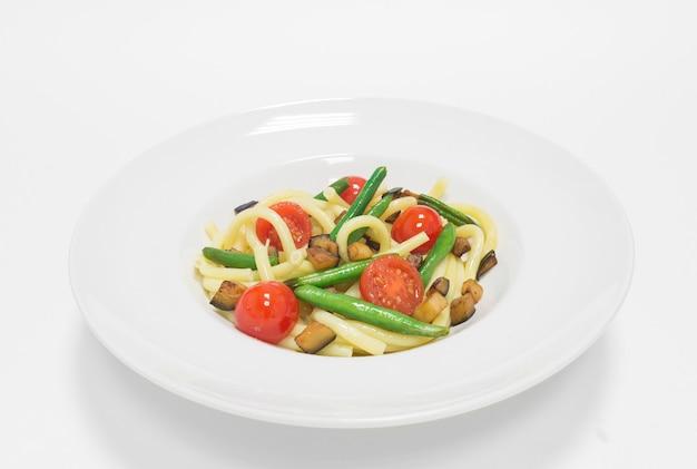 체리 토마토, 녹두, 호박을 곁들인 미식가 파스타. 평면도. 흰색 배경. 건강한 먹는 개념. 혼합 매체
