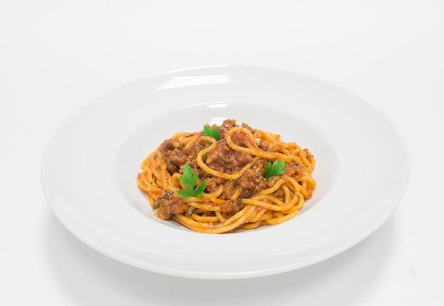 다진 고기와 토마토 소스를 곁들인 고급 파스타. 평면도. 흰색 배경. 건강한 먹는 개념. 혼합 매체