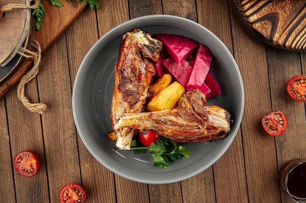 Блюдо из баранины с овощами, приготовленное для гурманов