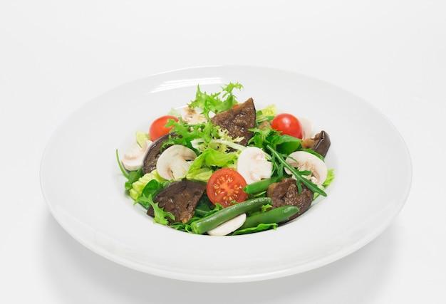가지, 체리 토마토, 녹두, 샴 피뇽을 곁들인 미식가 샐러드. 평면도. 흰색 배경. 건강한 먹는 개념. 혼합 매체