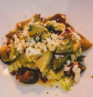 Салат для гурманов с греческим сыром, салатом, помидорами и грецкими орехами