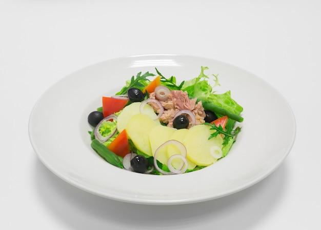 로스트 비프와 야채를 곁들인 고메 샐러드. 평면도. 흰색 배경. 건강한 먹는 개념. 혼합 매체