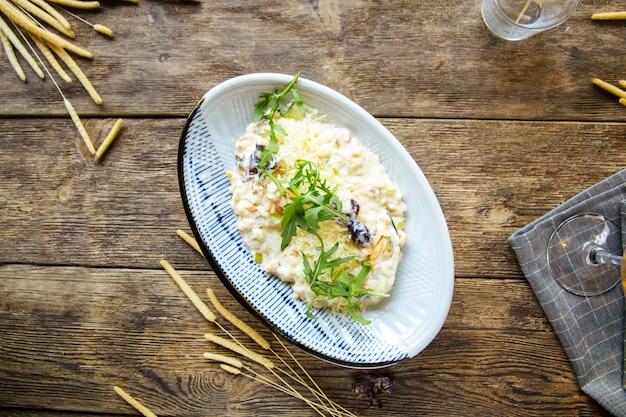 Изысканный белый салат из морепродуктов с креветками из осьминога