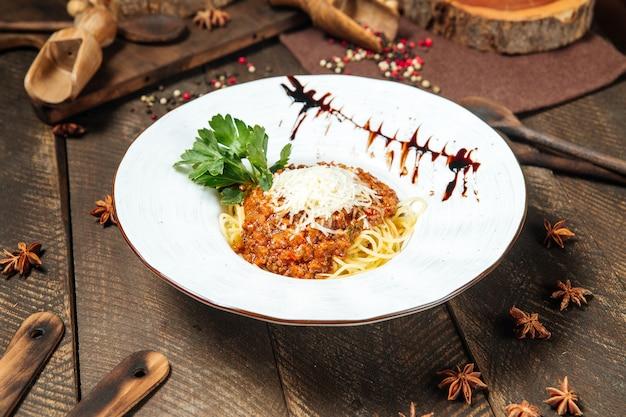 ソースとパセリを添えたグルメスパゲッティボロネーゼ