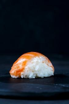 黒スレートプレートでお召し上がりいただけるグルメ寿司
