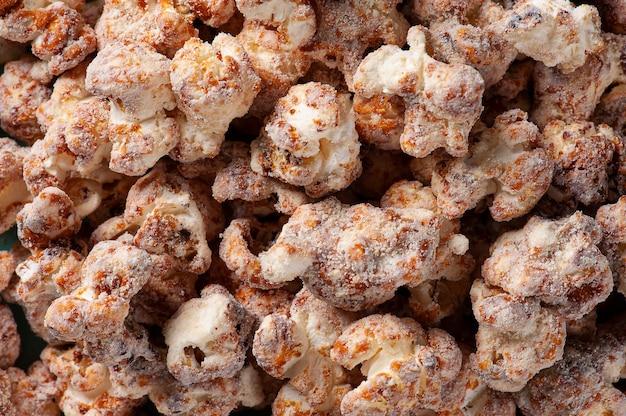 Изысканный сладкий попкорн на фото крупным планом. карамельный аромат. вид сверху
