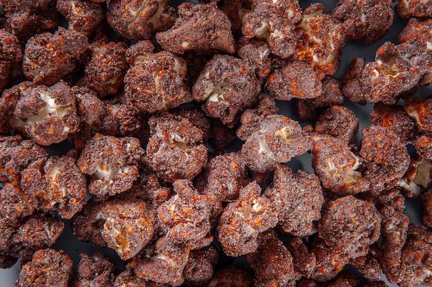 Изысканный сладкий попкорн на фото крупным планом. шоколадный аромат. вид сверху