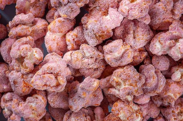 Изысканный сладкий попкорн на фото крупным планом. клубничный вкус. вид сверху