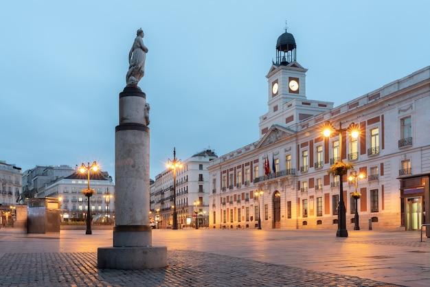 Правительственное здание мадрида на площади пуэрта-дель-соль - синий час.