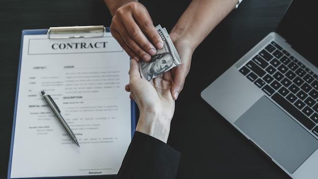 Правительственные чиновники вручают получение взятки от бизнесмена с концепцией коррупции и борьбы со взяточничеством.