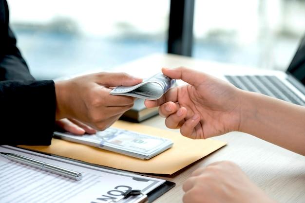 부패와 뇌물 수수 금지의 사업가 개념에서 뇌물을받는 정부 관리.