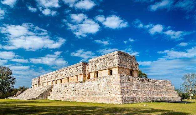 メキシコの古代マヤの都市ウシュマルにある総督官邸 Premium写真