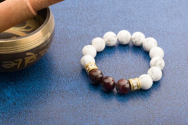 ゴーライトとガーネットの石の手首のブレスレット