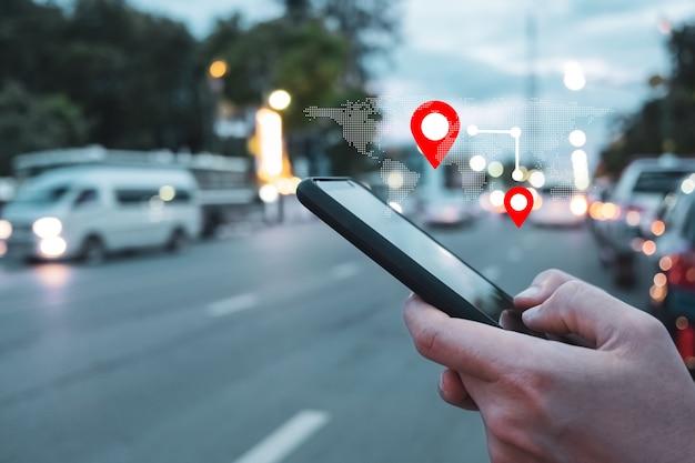 人々はスマートフォンを使用して地図をチェックし、インターネットやgpsアプリケーションで旅行に出かけます。