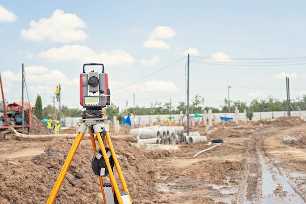 建設現場での測量機器gpsシステムまたはセオドライト屋外
