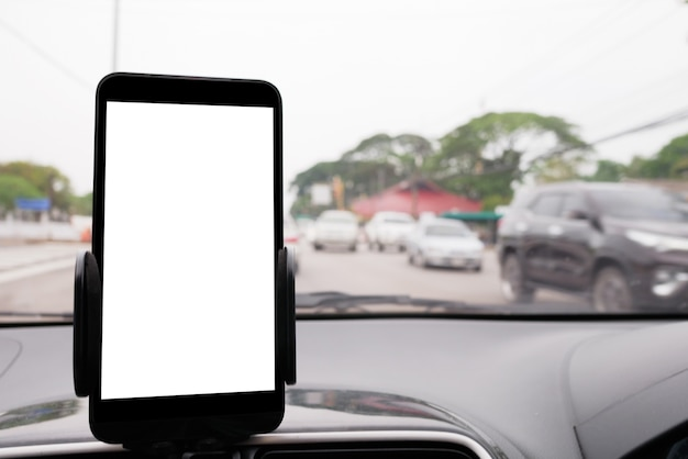 車であなたのスマートフォンを使用して、村を経由してあなたの目的地へのgpsの方向を取得する