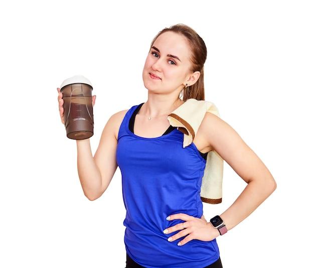 운동 후 스포츠 음료를 위한 수건과 셰이커 병을 든 우아한 운동 여성