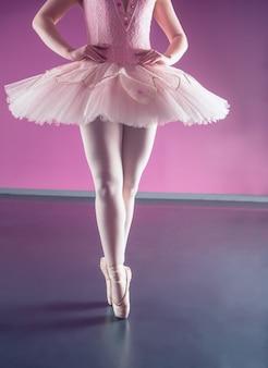 Изящная балерина, стоящая в руке