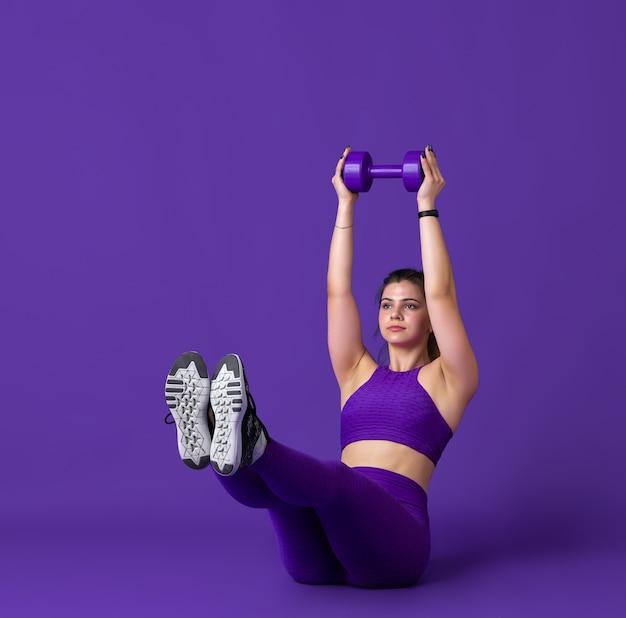 우아한. 연습, 흑백 보라색 초상화 아름 다운 젊은 여성 운동 선수. 무게와 낚시를 좋아하는 맞는 백인 모델. 바디 빌딩, 건강한 라이프 스타일, 아름다움과 행동 개념.