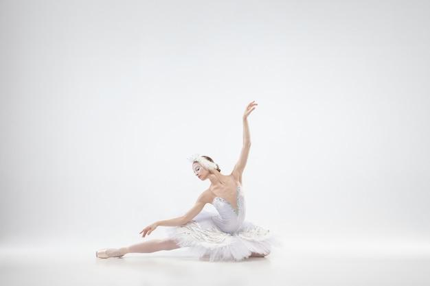 Graziosa ballerina classica danza isolato su sfondo bianco.