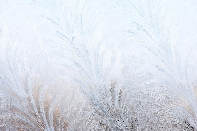 Изящный выразительный зимний естественный фон, макро текстуры. скопируйте пространство. морозный узор на зимнем оконном стекле