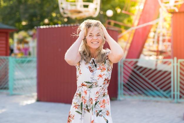 公園を歩きながら楽しくポーズをとる優雅な女の子