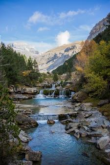 Водопады градас-де-соасо в национальном парке ордеса и монте-пердидо, испания