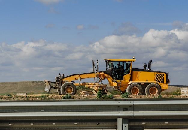 グレーダーイエロー、グレーダー道路建設、新しい道路建設用の産業機械。