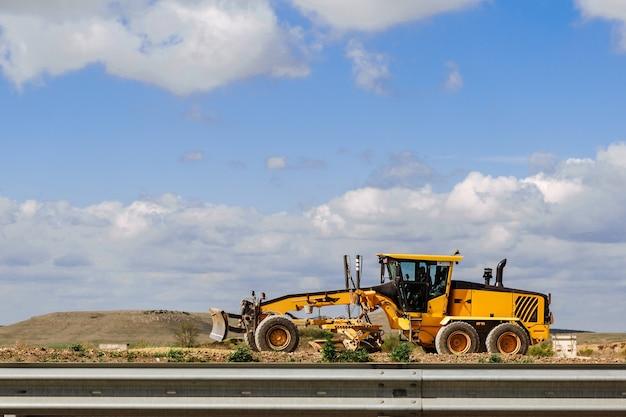 新しい道路の建設のためのグレーダーイエローグレーダー道路建設産業機械 Premium写真