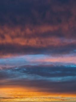 夕方の空のグラデーション。夕暮れ時のカラフルな曇り空。空のテクスチャ、抽象的な性質の背景