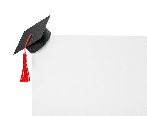 Шляпа выпускника на углу бумажного баннера. макет, изолированные на белом фоне.