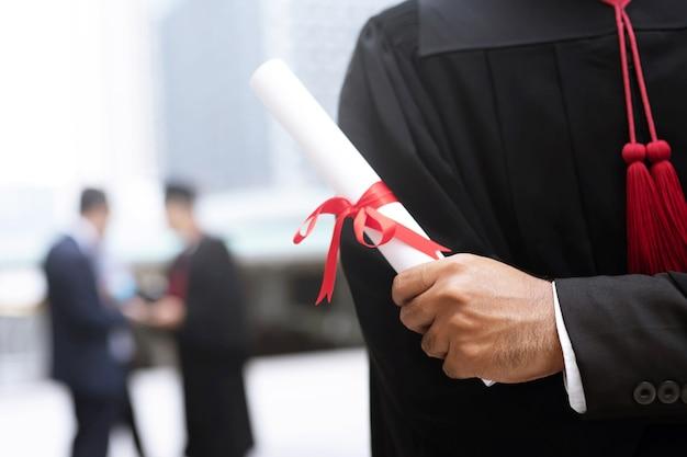졸업장을 손에 들고 졸업