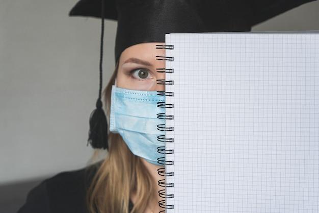 大学院医療マスクcovid-19修士号黒卒業ガウンキャップ。大学卒業。
