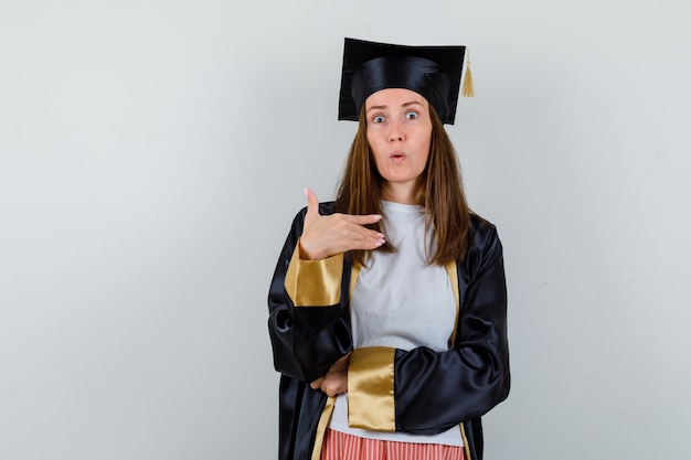 대학원 여자 캐주얼 옷, 유니폼에 자신을 가리키고 놀 찾고. 전면보기.