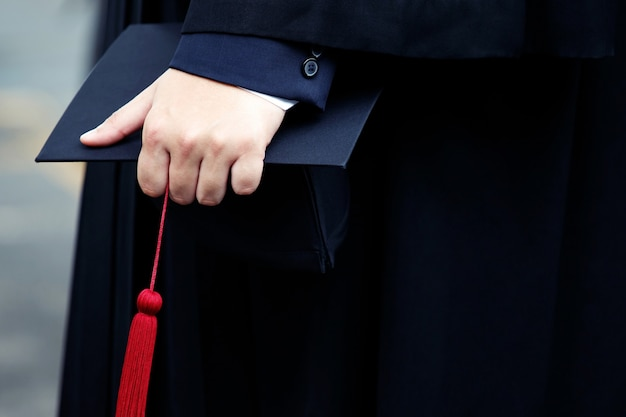 卒業生は大学で証明書を受け取ります