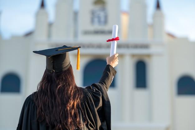 Выпускники носят черную шляпу в знак поздравления с выпуском