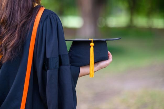 卒業生は大学の卒業日に黒いアカデミックガウンを着ます