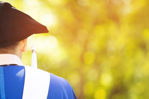 手に卒業証書を抱き締める卒業生