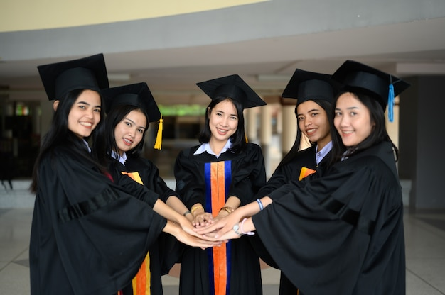 The graduating student group wore a black hat, black hat, at the graduation ceremony at the university.