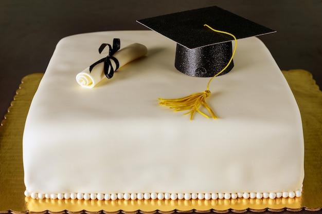 모자와 졸업장 장식 졸업 케이크
