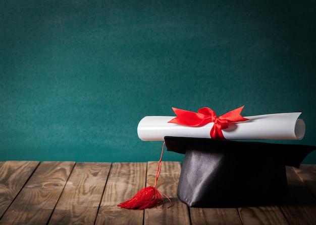 Вручение диплома и диплом на фоне